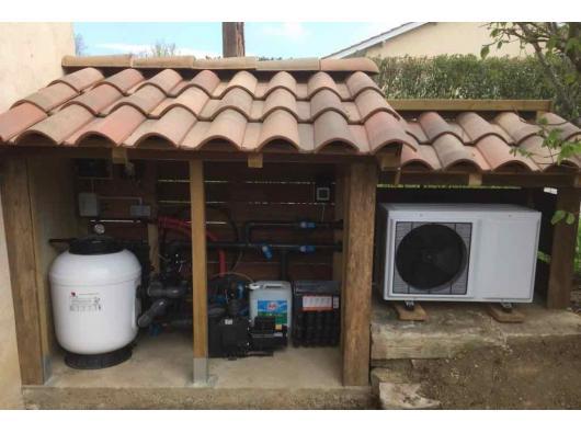 local technique avec pompe à chaleur et filtre à sable